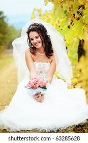 Beautiful bride posing in her wedding day