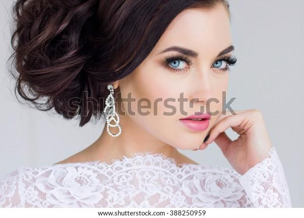 Schöne Braut. Hochzeitsfrisur und Make-up.