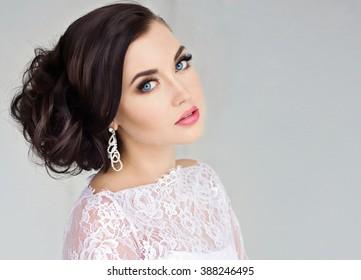 Schöne Braut. Hochzeitshaar und Make-up/