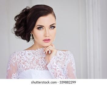 Schöne Braut auf weißem Kleid