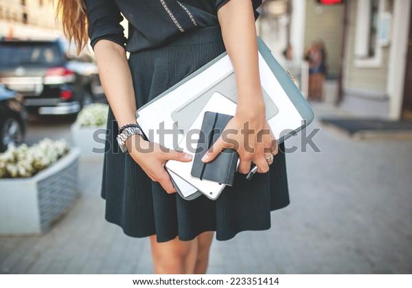 文書を持つ美しいビジネスガール