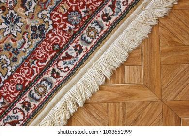 Ein schöner Teppich auf dem Boden.