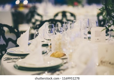 Beautiful centerpieces with vintage decoration for weddings.