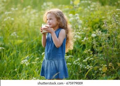 Đẹp vui vẻ bé gái uống sữa