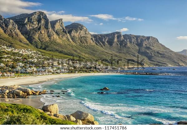 A bela cidade da Cidade do Cabo, com suas belas montanhas praias de areia branca e água azul clara