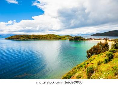 Hermosa costa de Isla del Sol en el lago Titicaca, Bolivia