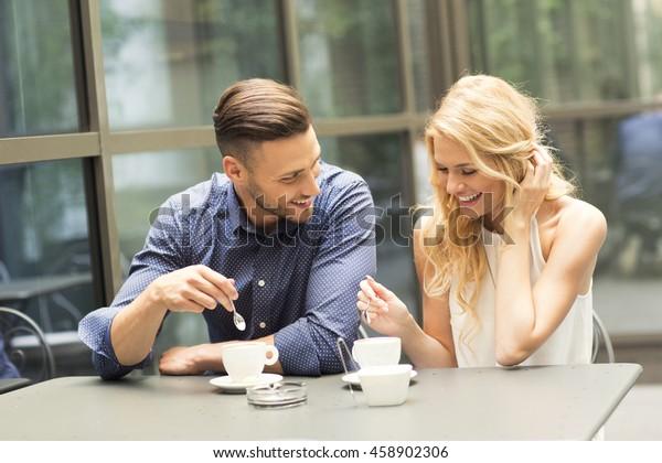 デートでコーヒーを飲む美しい夫婦