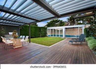 ein schöner Innenhof mit Rasen und Pool . Grillplatz.