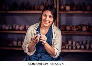Schöner Handwerker, der eine Tonvase auf einem Töpferrad formt. Handwerk.