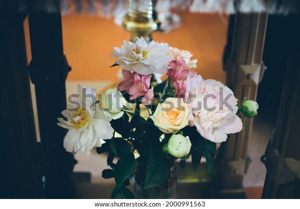 beautiful-delicate-bouquet-vase-interior