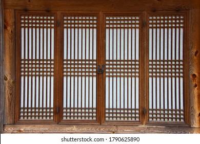 Schöne Tür des traditionellen koreanischen Gebäudes