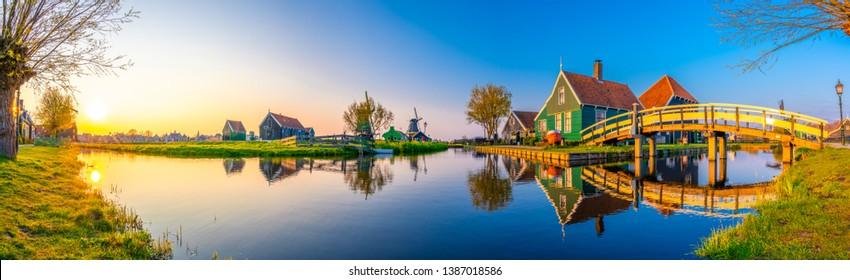Magnifique panorama hollandais sur le village de Zaanse Schans au moulin à vent aux Pays-Bas