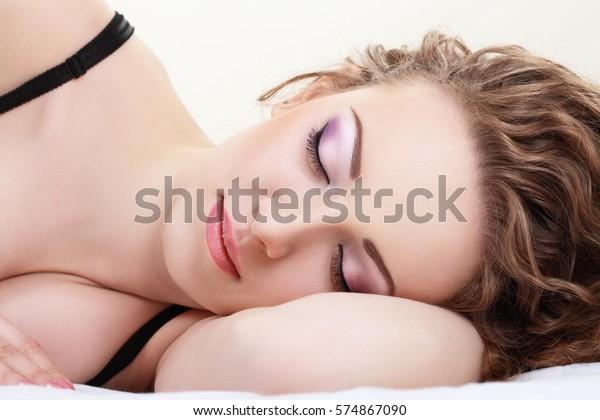 el hermoso rostro de una joven durmiente cerca