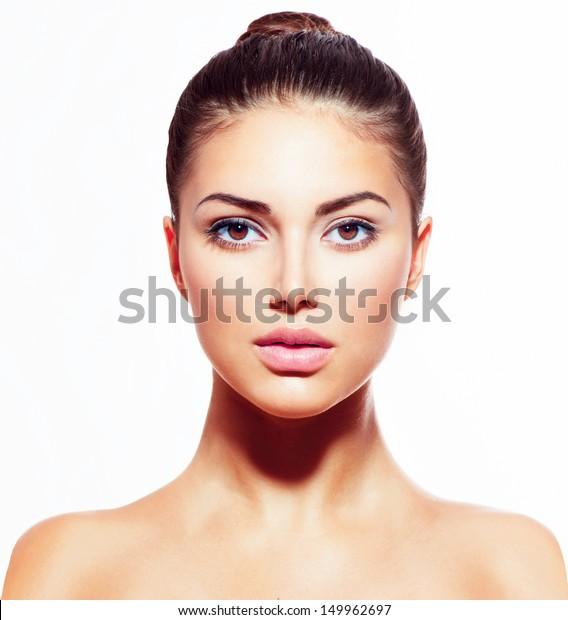 Красивое лицо молодой женщины с чистой свежей кожей близко изолированы на белом. Портрет красоты. Красивая Спа Женщина Улыбается. Идеальная свежая кожа. Модель чистой красоты. Концепция ухода за молодыми людьми и кожей