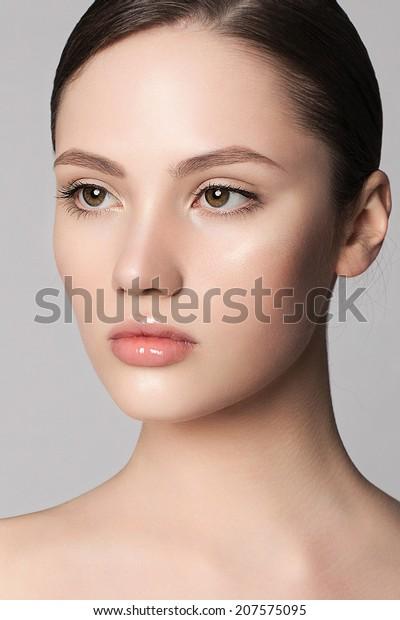 清潔で新鮮な肌と自然な化粧をした若い女性の美しい顔