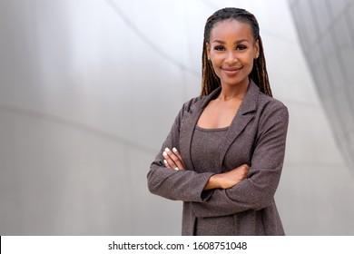 Schöne afroamerikanische Geschäftsfrau Geschäftsführerin, Rechtsanwältin, Finanzanwältin, Anwältin, zuversichtlich mit verschränkten Armen