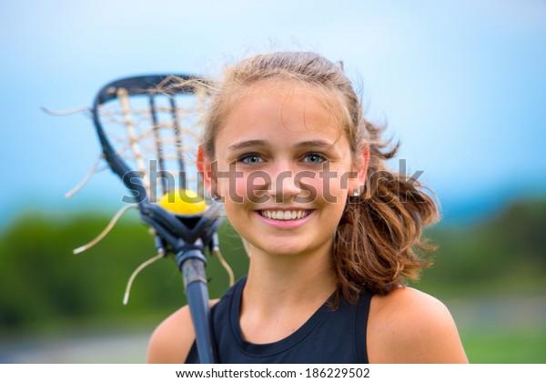 Красивый женский портрет игрока в лакросс, на открытом воздухе перед игрой.