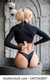Schönes Fitness Mädchen sexy blonde posieren im Zimmer