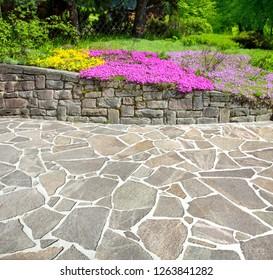 Schöne Gartenterrasse mit Marmorboden.