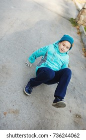 Beautiful girl doing exercises in the autumn Park. Warm clothing in cold weather