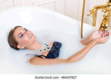 Лесби соблазнительница лежа в ванне фото красивая девушка фото