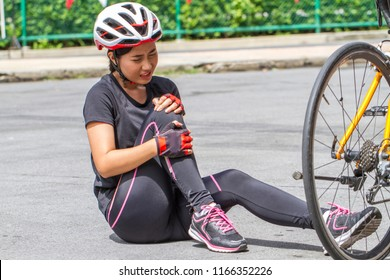 Beautiful girl riding a bicycle Crashed bike Knee fractures,broken legs,feeling hurting.