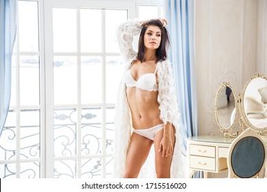 Schönes Mädchen sexy Brunette in Unterwäsche posieren in der Zimmereinrichtung