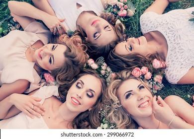 Schöne Mädchenfeier mit Blumen