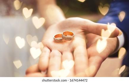 Hermoso anillo de boda dorado en manos