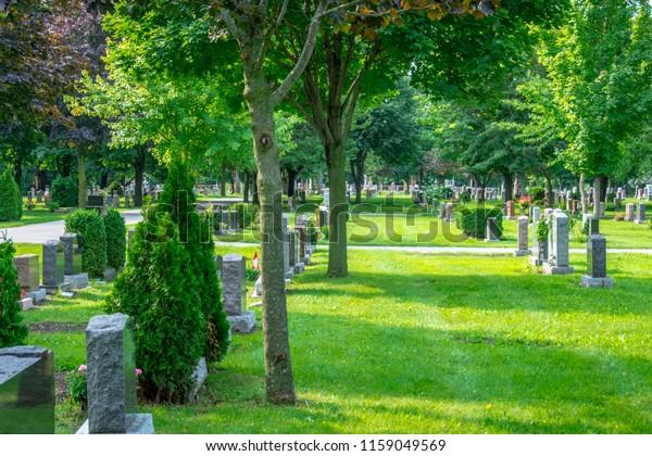 Ein wunderschöner Friedhof, der von Steinen gesäumt ist und von Bäumen, Blumen und Wanderwegen gesäumt ist, bietet den Besuchern einen ruhigen Rahmen für den Besuch verstorbener Freunde und Familienmitglieder.