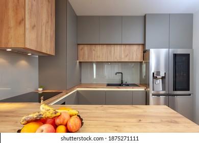 Schöne Grau Modern Kitchen in einer Luxuswohnung mit Geräten aus Edelstahl