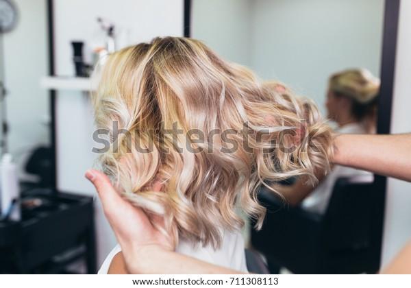 若い女性の髪型は、髪を染め、ヘアサロンでハイライトをつけた美しい髪型。