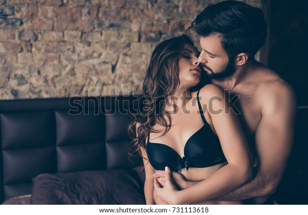 美しい半裸の若い夫婦がベッドの部屋で抱きしめ、セックスをしようとしている。優しく、ロマンチックで、誘惑的で、官能的だ。真の愛と感情、優しい触感と愛撫