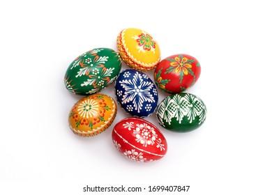 Schöne handgemalte tschechische Ostereier, helle Farben einzeln auf weißem Hintergrund
