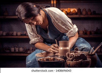Schöner Handwerker Meister der Keramikherstellung auf dem Töpferrad. Handwerk.