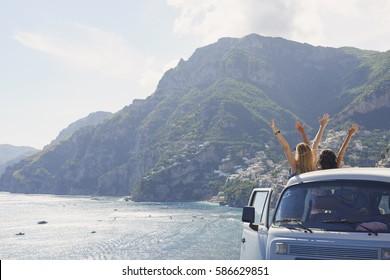 Schöne glückliche Touristenfreunde, die die malerischen Aussichtsarme der Amalfiküste genießen, während der Sommerreise Erlebnisurlaub in Vintage van