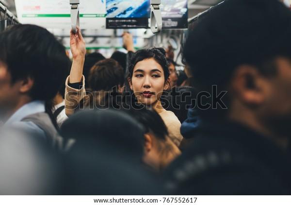 Красивая японская женщина в метро