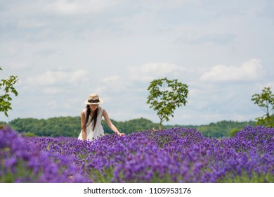 Beautiful Japanese woman to see the lavender