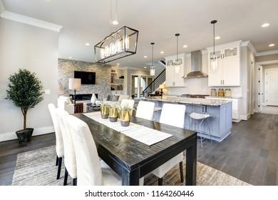 Hermosa cocina en lujoso interior moderno y moderno con isla y sillas
