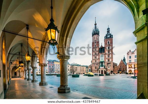 Belle place du marché de Cracovie, Pologne, Europe. Couleurs dégradées.