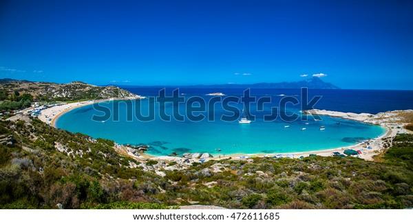 Schöner Strand von Kriaritsi an der Ostküste von Sithonia auf Halkidiki, Griechenland.