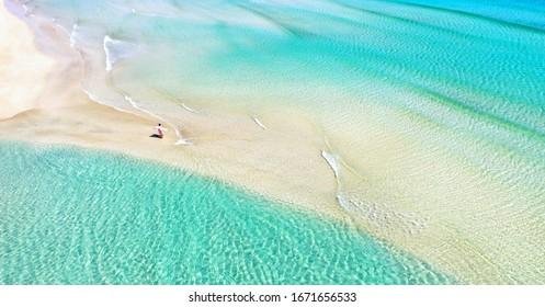 bella laguna en la playa de Fuerteventura, isla Canaria, vista aérea por drones