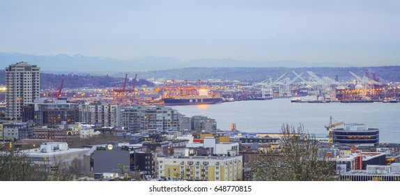 Beautiful lake Union in the evening - view from Kerry Park - SEATTLE / WASHINGTON - APRIL 11, 2017