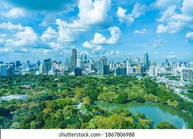Schöne Landschaft der Stadt mit Stadtgebäude um den Lumpini Park in Bangkok Thailand