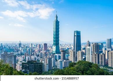 Schöne Landschaft und Stadtlandschaft von Taipei 101 Gebäude und Architektur in der Stadt Skyline mit bläulich-weißer Wolke auf Taiwan