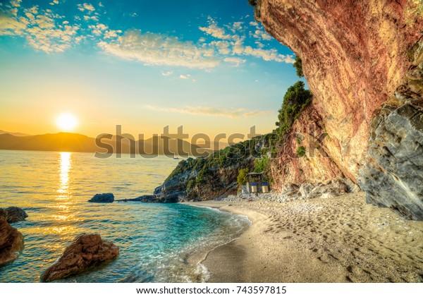 Schöne Landschaft auf Korfu Insel, Strand und Meer Küste im Sommer Urlaub bei Sonnenaufgang in Griechenland