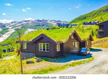 Schönes Landschaftspanorama von Norwegen Hemsedal Skicenter mit Berghütten Hütten und bewölktem Himmel.