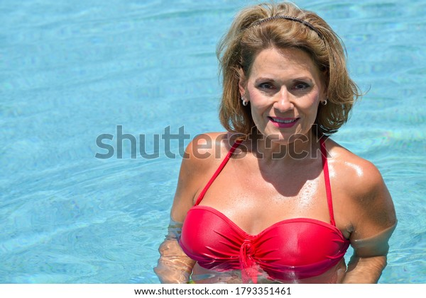 beautiful-mature-woman-swimmimng-pool-60