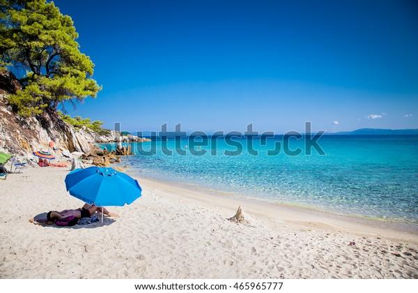 Schöner Strand von Mega Portokali an der Ostküste von Sithonia auf Halkidiki, Griechenland.