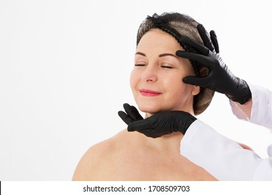 Schöne Frauen mittleren Alters, die sich auf eine Augenlidplastik-Operation vorbereiten Ärzte Hände in schwarzen Handschuhen zeigen Finger auf ihr Gesicht auf weiß. Schönheit, Menschen und Gesundheitskonzept